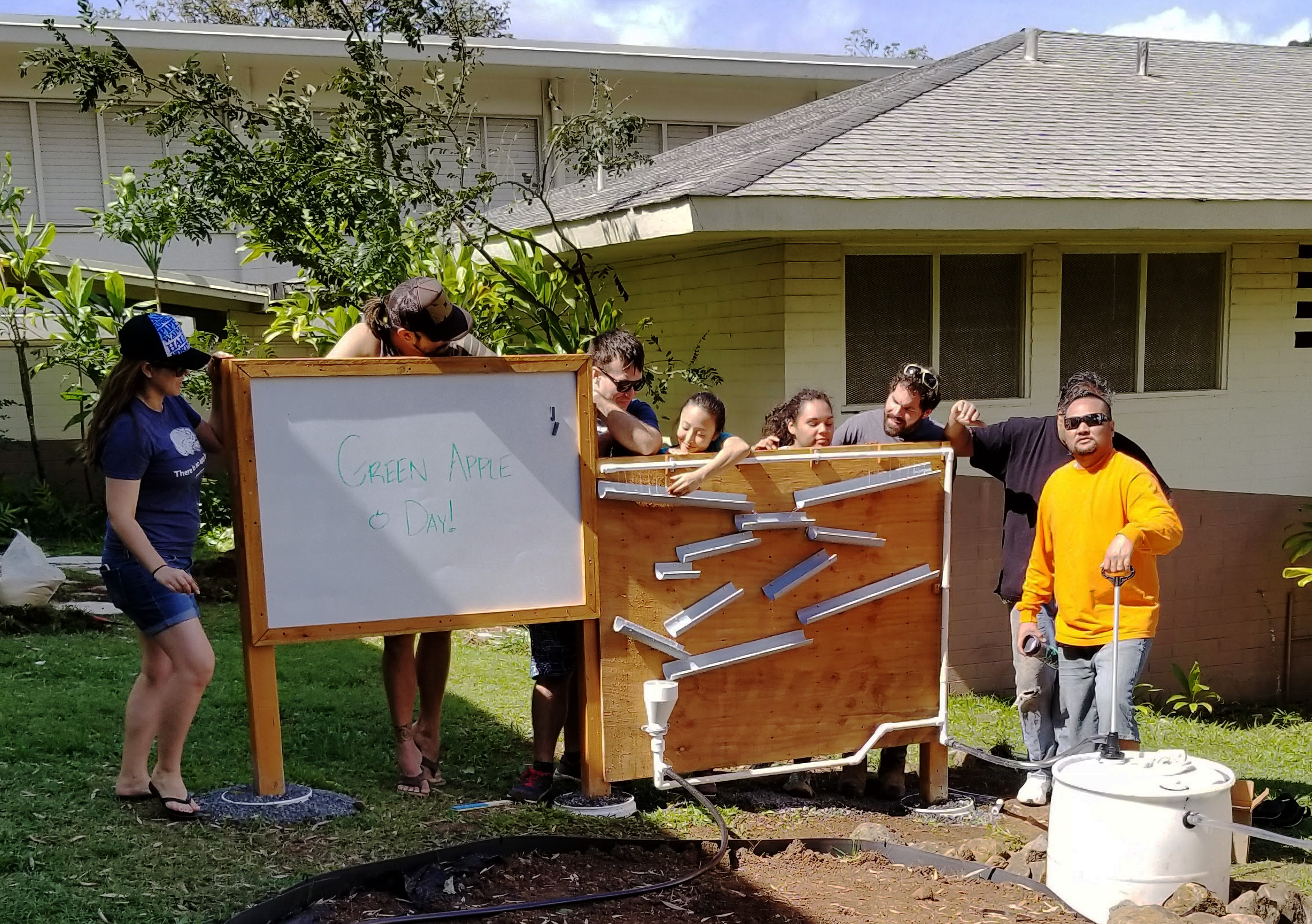 Pālolo Elementary School does a Green Apple Day of Service project